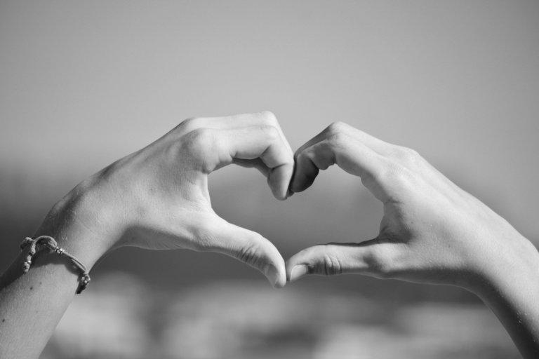 Csak fogd meg a kezét…